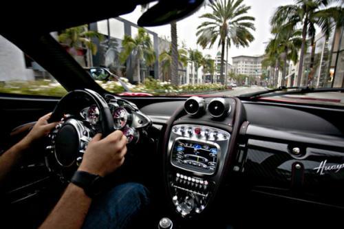 Pagani slibuje, že ve svých autech nechá dvanáctiválec a manuální převodovku: - fotka 1