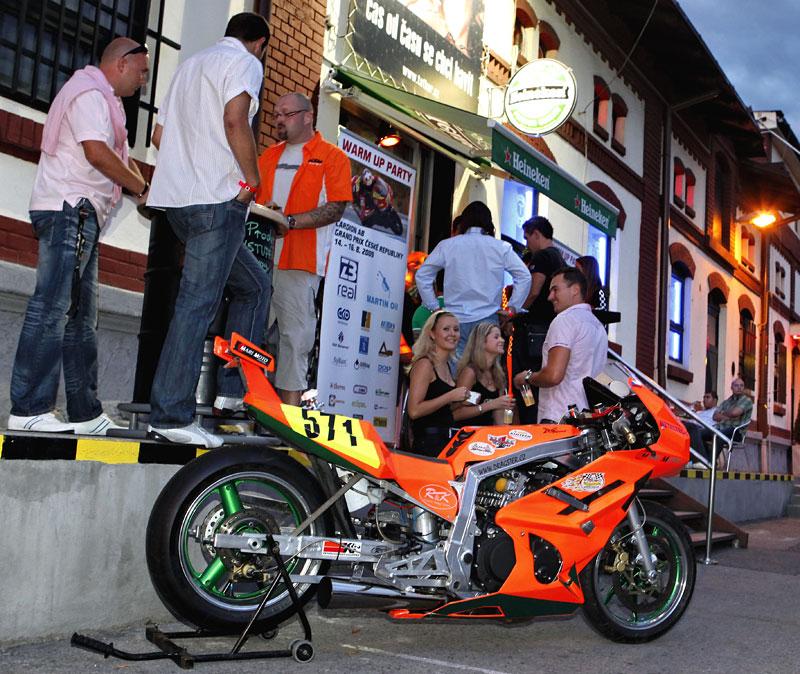 Grand Prix MOTO GP: warm up party jak má být (fotogalerie): - fotka 4
