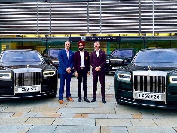Indický miliardář si koupil najednou šest vozů Rolls-Royce. Jejich barvu vybíral tak, aby ladila s jeho turbanem: - fotka 4