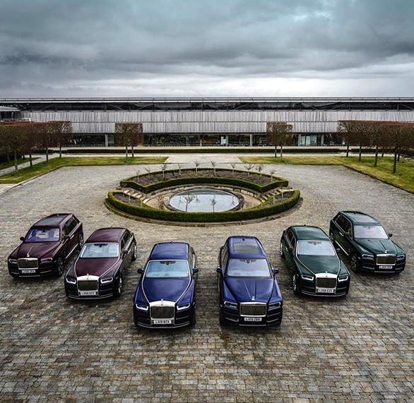 Indický miliardář si koupil najednou šest vozů Rolls-Royce. Jejich barvu vybíral tak, aby ladila s jeho turbanem: - fotka 5