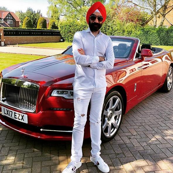 Indický miliardář si koupil najednou šest vozů Rolls-Royce. Jejich barvu vybíral tak, aby ladila s jeho turbanem: - fotka 6