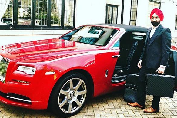 Indický miliardář si koupil najednou šest vozů Rolls-Royce. Jejich barvu vybíral tak, aby ladila s jeho turbanem: - fotka 7
