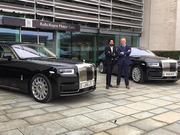 Indický miliardář si koupil najednou šest vozů Rolls-Royce. Jejich barvu vybíral tak, aby ladila s jeho turbanem: - fotka 8