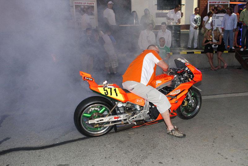 Grand Prix MOTO GP: warm up party jak má být (fotogalerie): - fotka 10