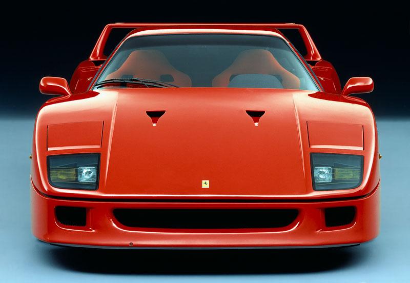 Muž si v garáži postavil celkem věrnou repliku Ferrari F40. Od základů, o stavebnici nejde: - fotka 9