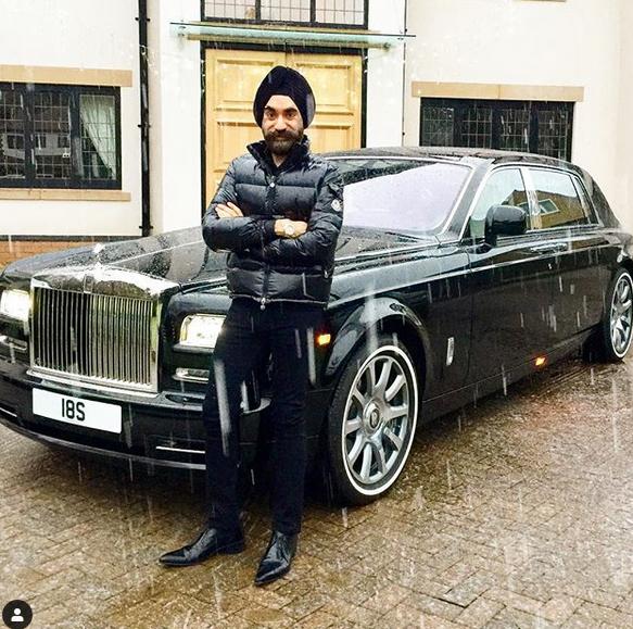 Indický miliardář si koupil najednou šest vozů Rolls-Royce. Jejich barvu vybíral tak, aby ladila s jeho turbanem: - fotka 10