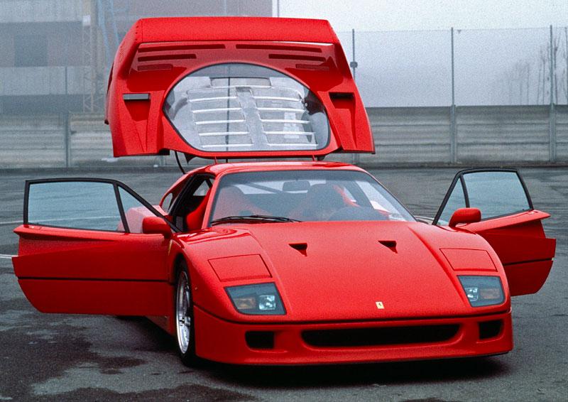 Muž si v garáži postavil celkem věrnou repliku Ferrari F40. Od základů, o stavebnici nejde: - fotka 10