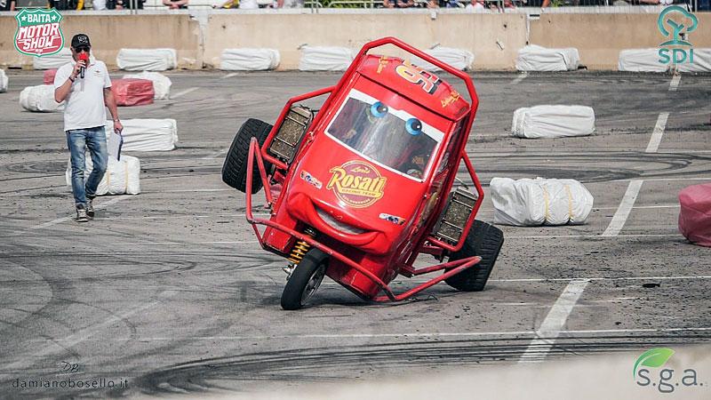 I s tříkolkou od Piaggia se dá driftovat a závodit. Nic divnějšího už dnes asi neuvidíte: - fotka 2