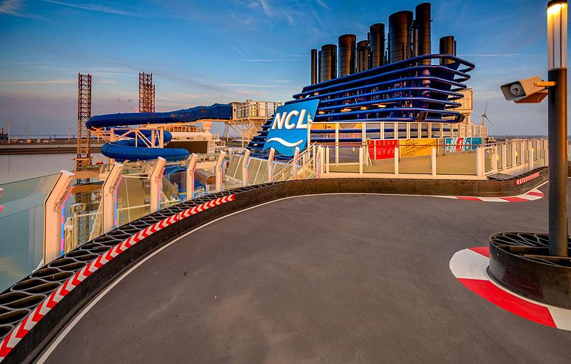 Obří výletní loď má na palubě dvoupatrový závodní okruh: - fotka 10