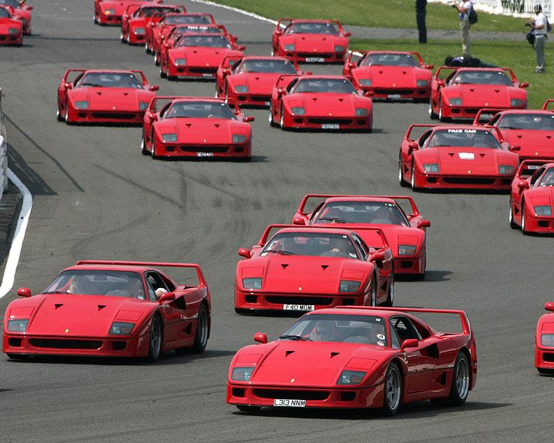 Muž si v garáži postavil celkem věrnou repliku Ferrari F40. Od základů, o stavebnici nejde: - fotka 11