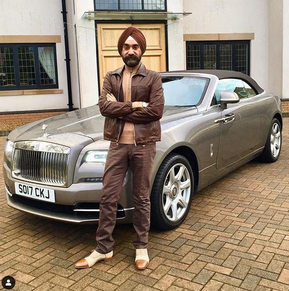 Indický miliardář si koupil najednou šest vozů Rolls-Royce. Jejich barvu vybíral tak, aby ladila s jeho turbanem: - fotka 13