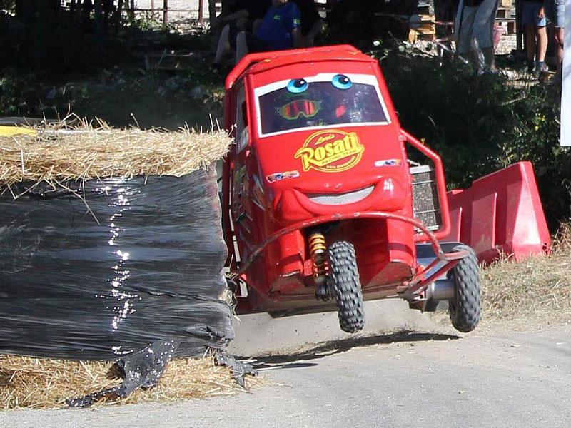 I s tříkolkou od Piaggia se dá driftovat a závodit. Nic divnějšího už dnes asi neuvidíte: - fotka 5