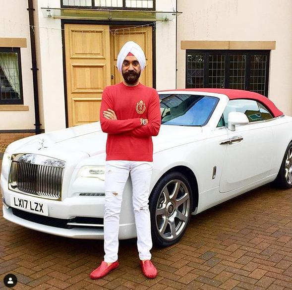 Indický miliardář si koupil najednou šest vozů Rolls-Royce. Jejich barvu vybíral tak, aby ladila s jeho turbanem: - fotka 14