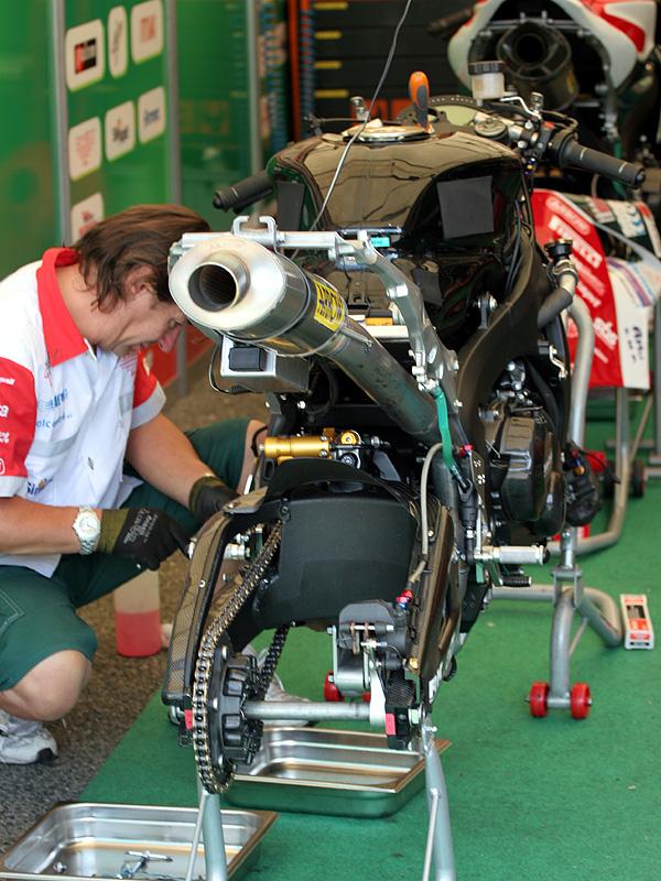 Víkend se Superbiky na brněnském okruhu (velká fotogalerie): - fotka 16