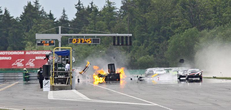 FIA GT: ošklivá havárie při závodě v Brně: - fotka 15