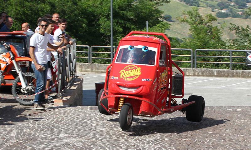 I s tříkolkou od Piaggia se dá driftovat a závodit. Nic divnějšího už dnes asi neuvidíte: - fotka 6