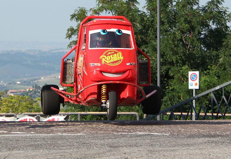 I s tříkolkou od Piaggia se dá driftovat a závodit. Nic divnějšího už dnes asi neuvidíte: - fotka 7