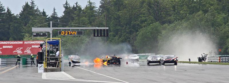 FIA GT: ošklivá havárie při závodě v Brně: - fotka 17