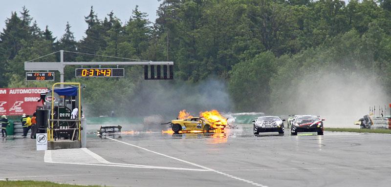 FIA GT: ošklivá havárie při závodě v Brně: - fotka 18