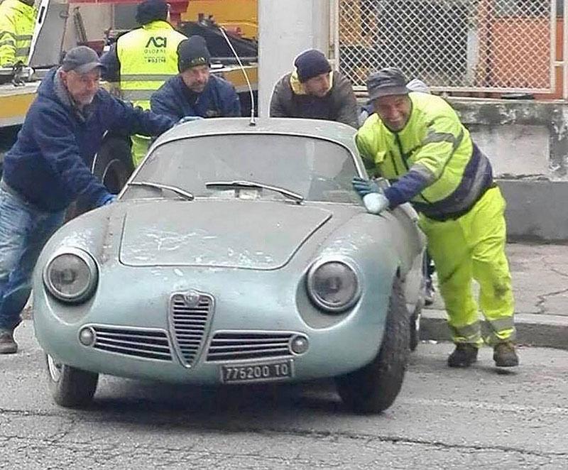 Opuštěná Alfa Romeo, která se našla po 35 letech, se prodala v dražbě. A vážně ne levně: - fotka 5
