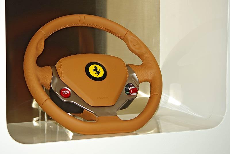 Felipe Massa otevřel v Praze showroom Ferrari: - fotka 25