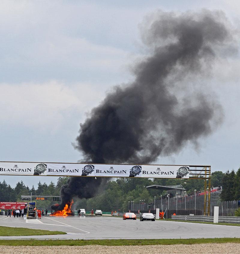 FIA GT: ošklivá havárie při závodě v Brně: - fotka 24