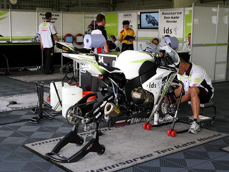 Víkend se Superbiky na brněnském okruhu (velká fotogalerie): - fotka 38