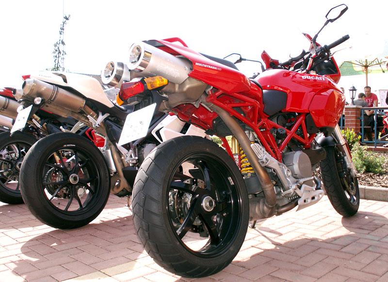 Ducati den v Milíně - 3 červené a 3 bílé: - fotka 6