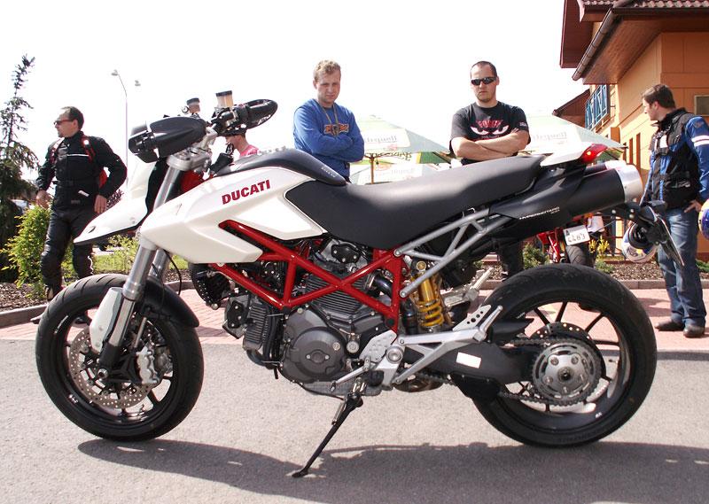 Ducati den v Milíně - 3 červené a 3 bílé: - fotka 16