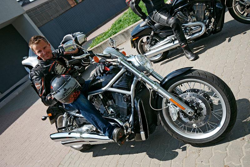 Za řídítky Harley-Davidson: Electra Glide, Road King a V-Rod: - fotka 13