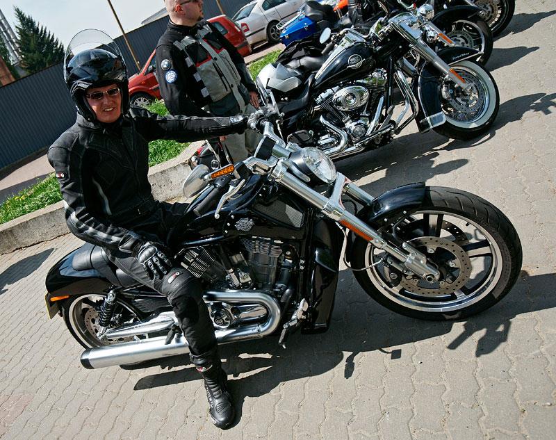Za řídítky Harley-Davidson: Electra Glide, Road King a V-Rod: - fotka 14