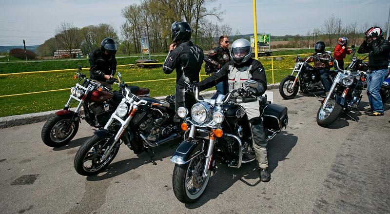 Za řídítky Harley-Davidson: Electra Glide, Road King a V-Rod: - fotka 16