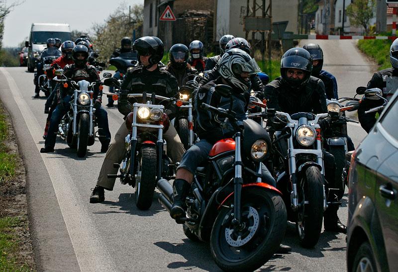 Za řídítky Harley-Davidson: Electra Glide, Road King a V-Rod: - fotka 17