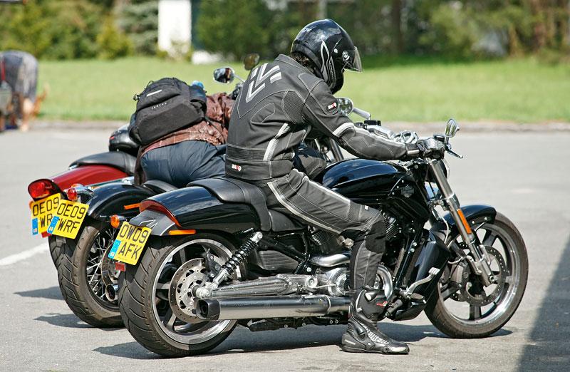 Za řídítky Harley-Davidson: Electra Glide, Road King a V-Rod: - fotka 22