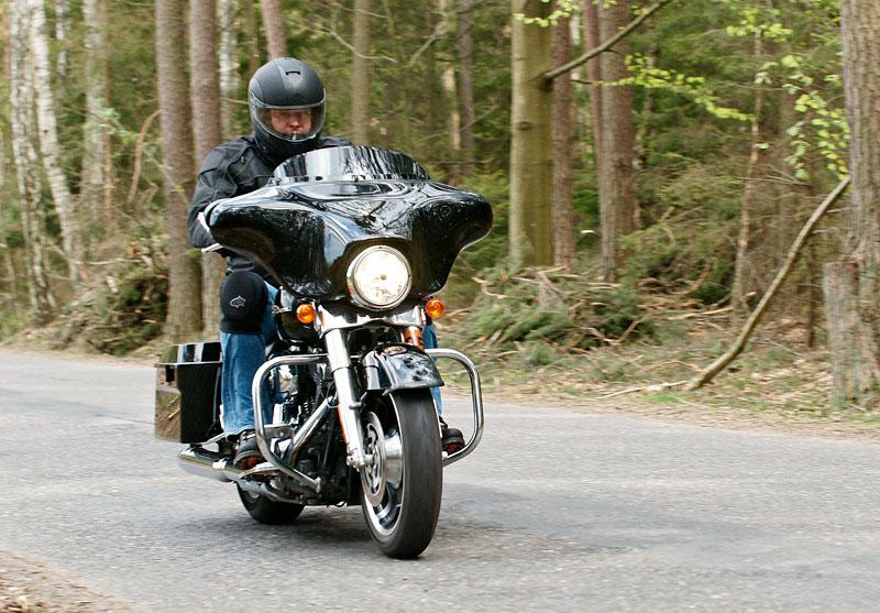 Za řídítky Harley-Davidson: Electra Glide, Road King a V-Rod: - fotka 30
