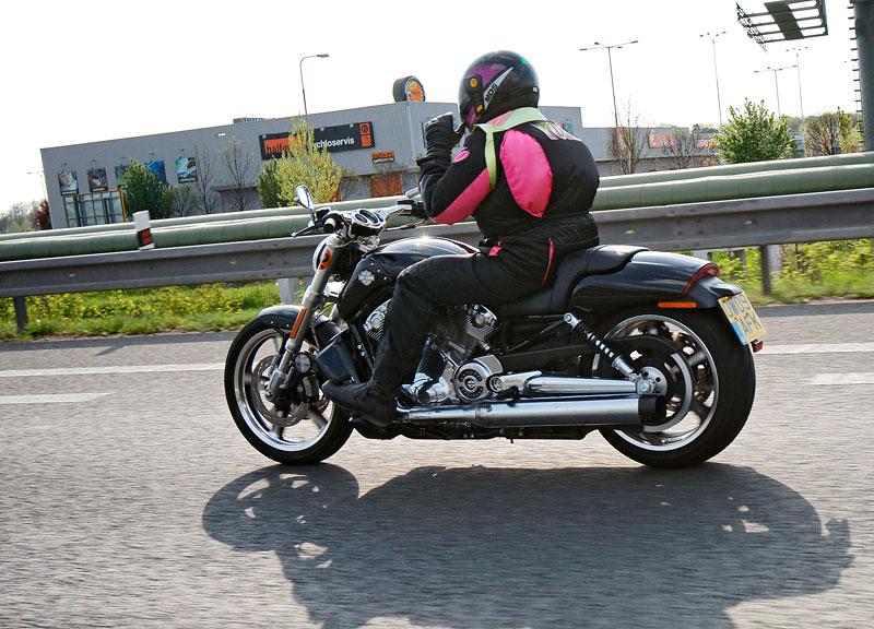 Za řídítky Harley-Davidson: Electra Glide, Road King a V-Rod: - fotka 53