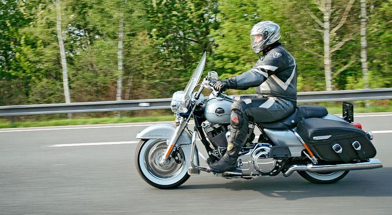 Za řídítky Harley-Davidson: Electra Glide, Road King a V-Rod: - fotka 73