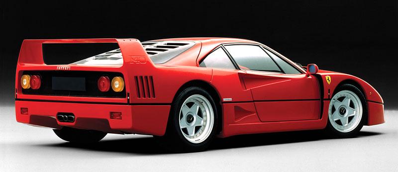 Muž si v garáži postavil celkem věrnou repliku Ferrari F40. Od základů, o stavebnici nejde: - fotka 19