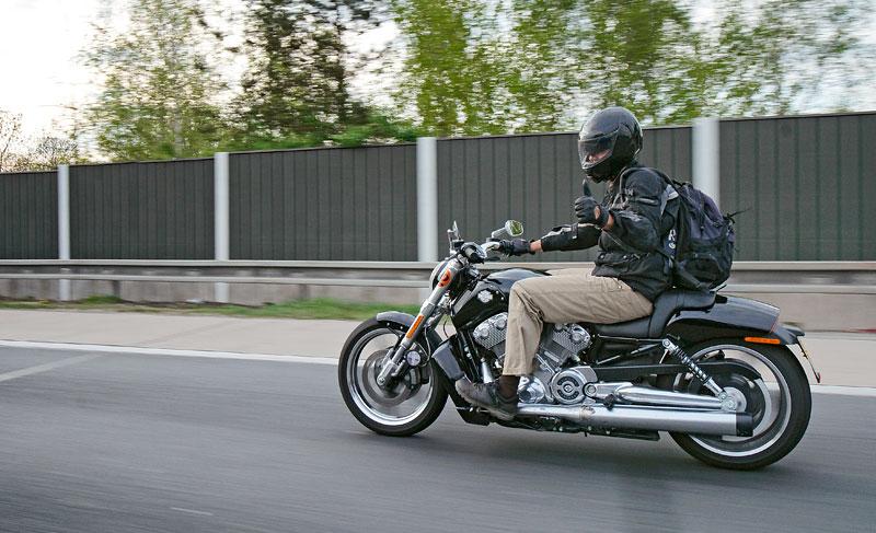 Za řídítky Harley-Davidson: Electra Glide, Road King a V-Rod: - fotka 80