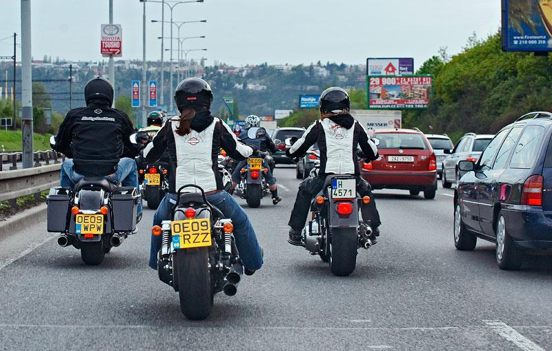 Za řídítky Harley-Davidson: Electra Glide, Road King a V-Rod: - fotka 82