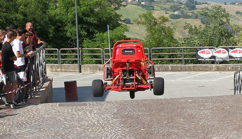 I s tříkolkou od Piaggia se dá driftovat a závodit. Nic divnějšího už dnes asi neuvidíte: - fotka 24