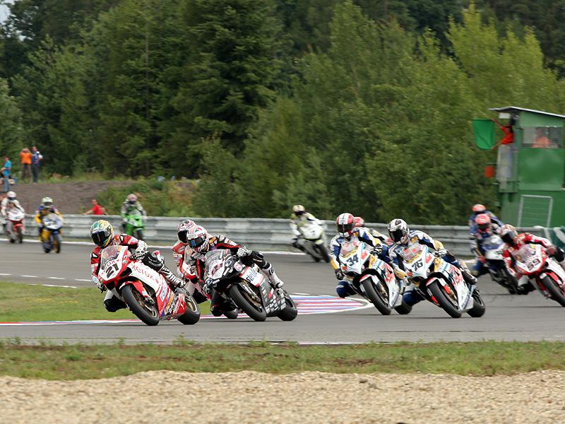 Víkend se Superbiky na brněnském okruhu (velká fotogalerie): - fotka 72