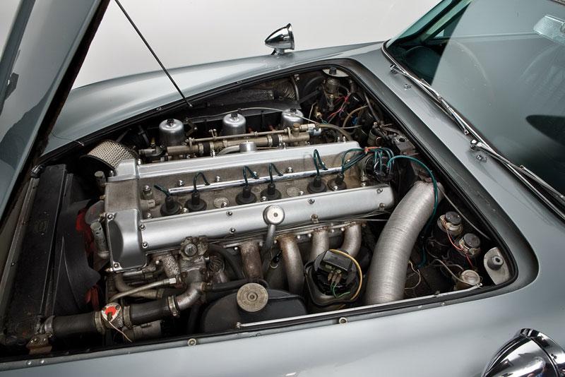 Aston Martin DB5 po Jamesi Bondovi míří do aukce: - fotka 23
