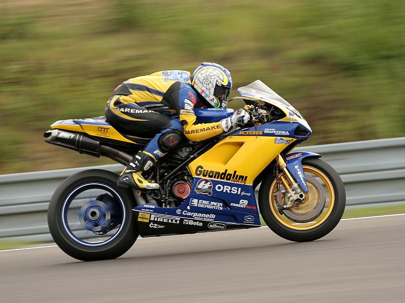 Víkend se Superbiky na brněnském okruhu (velká fotogalerie): - fotka 99