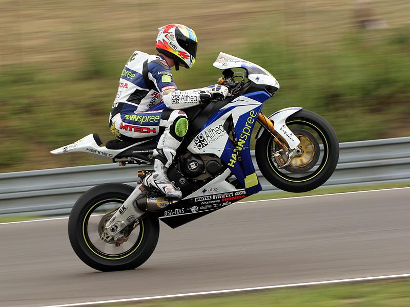 Víkend se Superbiky na brněnském okruhu (velká fotogalerie): - fotka 102