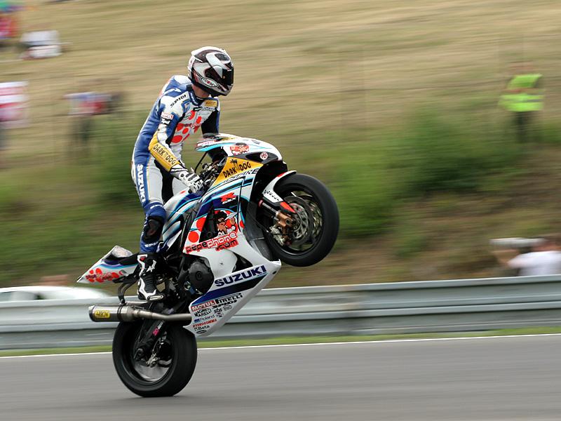 Víkend se Superbiky na brněnském okruhu (velká fotogalerie): - fotka 107