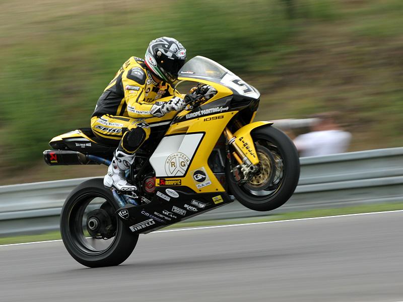 Víkend se Superbiky na brněnském okruhu (velká fotogalerie): - fotka 108