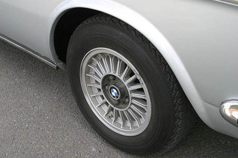 """Řídili jsme BMW 2800 CS. Je to dokonalý """"bavorák"""" ze staré školy: - fotka 14"""