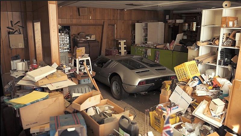 V opuštěném autosalonu se našla úžasná sbírka vozů. Zahrnuje i dvanáctiválcové Lamborghini: - fotka 1