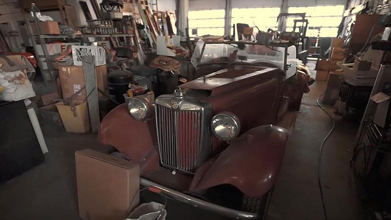 V opuštěném autosalonu se našla úžasná sbírka vozů. Zahrnuje i dvanáctiválcové Lamborghini: - fotka 5